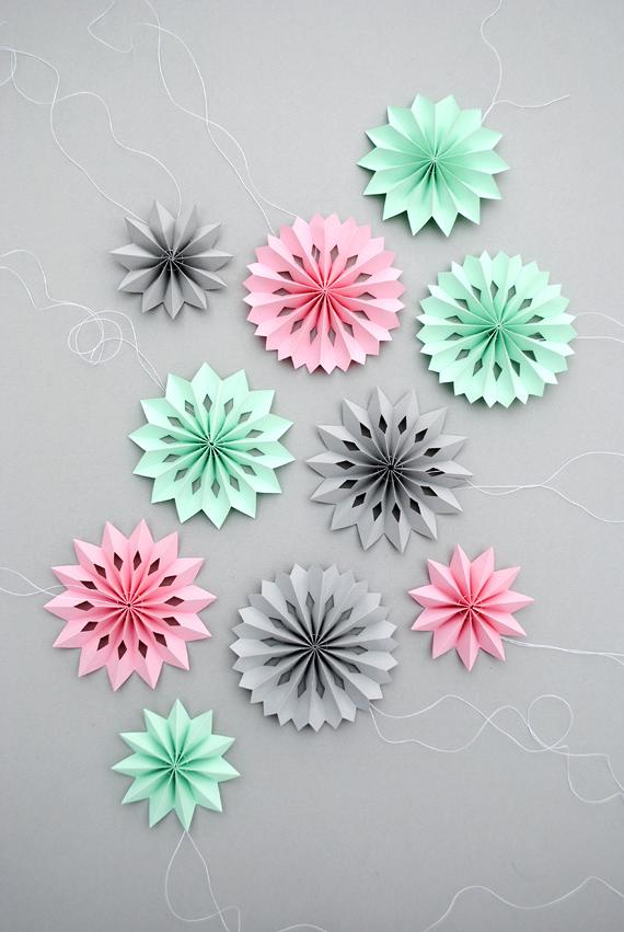 01. Снежинки игрушки из цветной бумаги своими руками