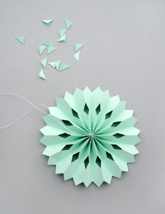 Новогодняя игрушка из бумаги снежинки