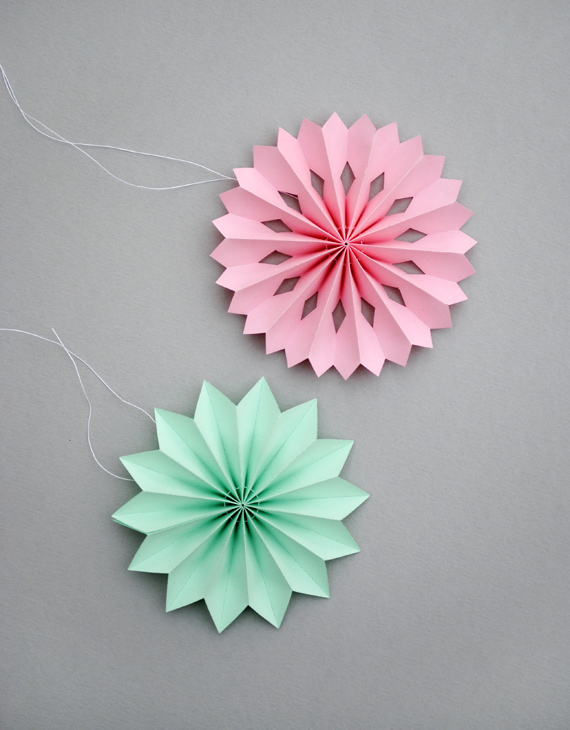 Новогодние игрушки с цветной бумаги своими руками